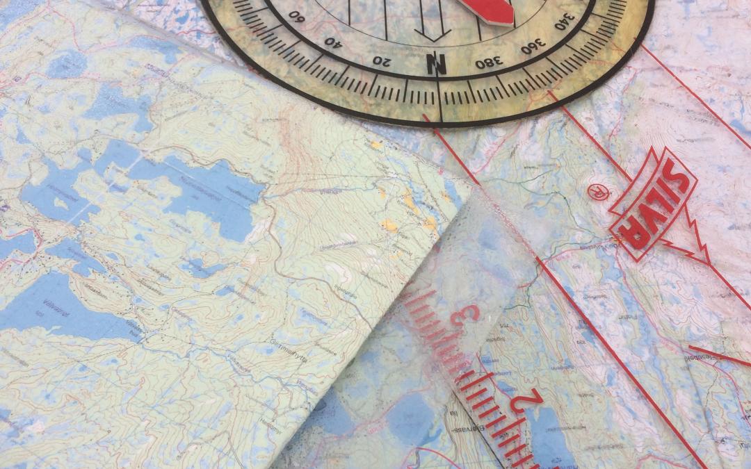 Topp stemning med kart og kompass